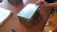 Un couple trouve une «boîte à lunch» de 1951 dans le plafond de la cave. Ils flippent en voyant ce qu'il y a dedans