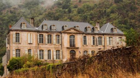Un couple achète un château abandonné datant du 18ème siècle, sans savoir ce qui les attend à l'intérieur