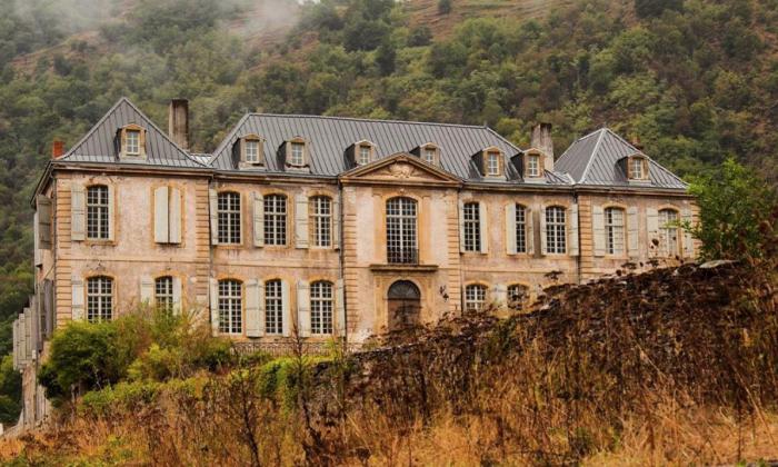 Un couple achète un château abandonné datant du 18e siècle, sans savoir ce qui les attend à l'intérieur