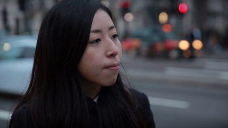 LONDRES – Une jeune femme s'inquiète pour son père enfermé dans un camp de la mort en Chine