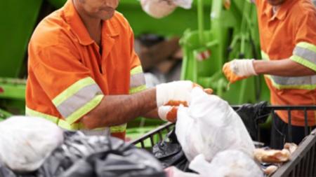 Un éboueur entend des gémissements en provenance d'un sac jeté dans le camion – lorsqu'il l'ouvre, il n'en croit pas ses yeux!