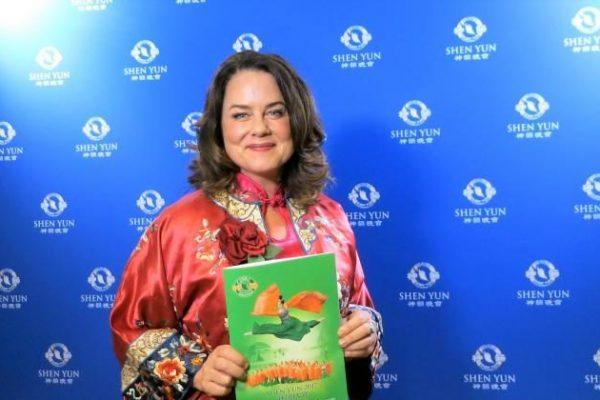 Une mairesse impressionnée par la qualité et le message délivrés par Shen Yun