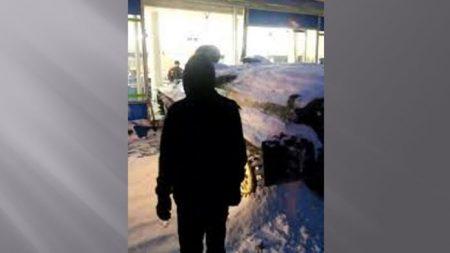 Un véhicule blindé vient d'être propulsé à travers la vitrine d'un magasin en Russie – tentative de vol qualifié