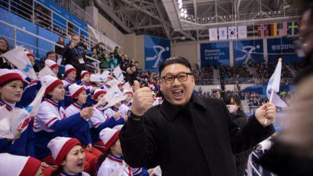 Les journalistes flirtent avec les pom-pom girls et la patronne de la propagande et de l'agitation nord-coréennes