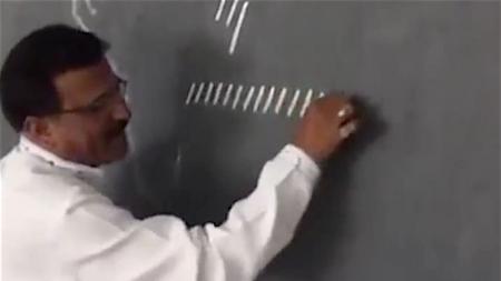 Un professeur dessine un tas de lignes sur le tableau. Quand il les connecte, je suis époustouflé