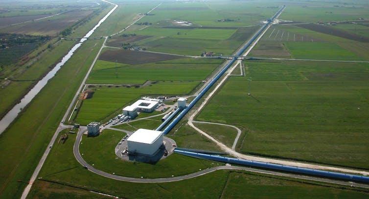 Les ondes gravitationnelles: une histoire Cosmos-polite