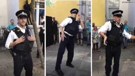 On dirait que le policier regarde juste la foule – quand la musique commence, ses mouvements sont filmés à la caméra