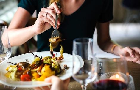 Prendre le temps de manger ferait perdre du poids