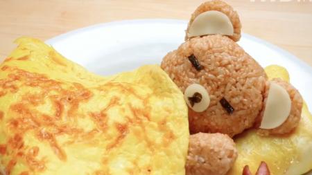 Cet «ours de riz» endormi avec une «couverture d'œuf» est presque trop mignon pour être mangé – voilà comment on le fait