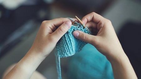 La «tricot-thérapie»: une nouvelle forme de yoga qui réduirait l'anxiété, la dépression et les douleurs chroniques