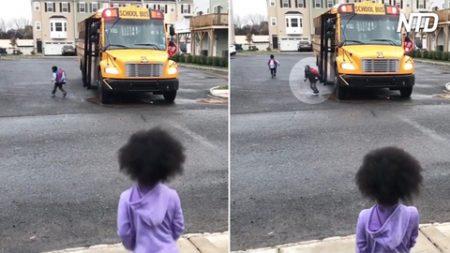 Une petite fille et son frère se disputent parfois à propos d'un iPad – mais regardez ce qui se passe tous les après-midi à l'arrêt de bus