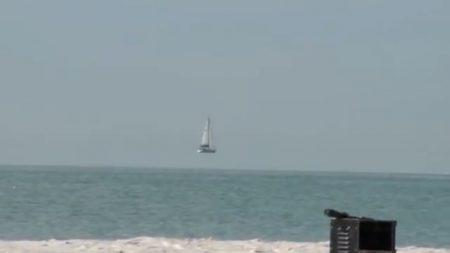 Impressionnante illusion d'optique captée sur vidéo – ce bateau flotte dans les airs