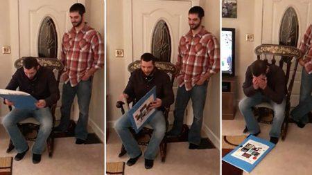 Le grand frère lit à haute voix son énorme carte d'anniversaire – mais quand il tourne la page, il ne peut pas s'arrêter de pleurer