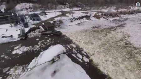 États-Unis: Un drone filme l'impressionnante couche de glace qui a traversé la rivière de Aroostook