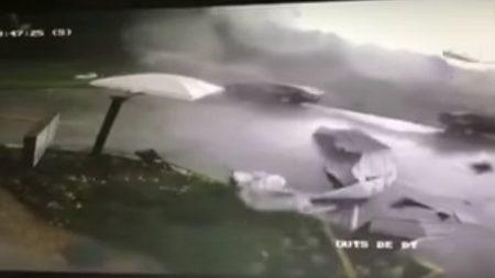 États-Unis: Une tornade a été filmée soufflant des débris à travers un resto Sonic Drive
