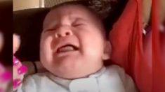Un bébé n'arrête pas de pleurer, mais sa maman connait la solution magique!