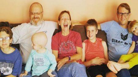 Les membres de la famille sautent de joie quand ils emmènent leur fille chez le coiffeur. Quand vous la verrez, vous saurez pourquoi…