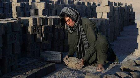 En Afghanistan, les filles remplacent le fils aîné pour aider la famille