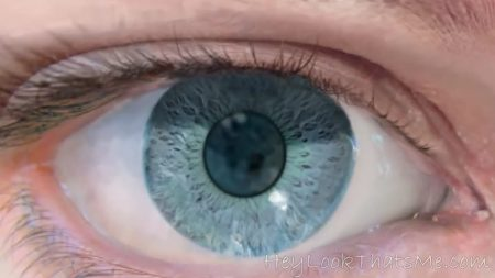 La vidéo commence par un zoom de l'œil d'une femme, puis on entre dans le monde du micro- et du macroscopique