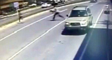 Après un prétendu vol, un homme fuit en sortant d'un bus et se fait renverser par une voiture