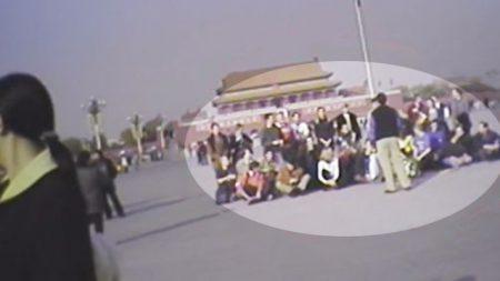36 Occidentaux se rassemblent sur la place Tiananmen pour des photos de groupe – 20 secondes plus tard, les camionnettes de police arrivent