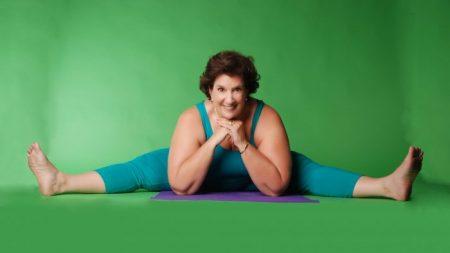 À 70 ans, cette femme rend le yoga accessible à tous