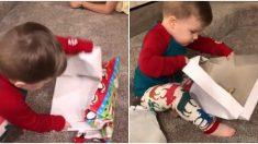 Ce petit garçon ouvre un cadeau de Noël, et sa réaction semble exagérée – surtout quand je vois le cadeau