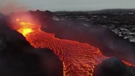 Un vidéographe prend des images phénoménales d'un torrent de lave qui coule – c'est un spectacle envoûtant