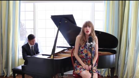 Un homme commence à jouer du piano et je suis instantanément hypnotisé – ensuite, cette femme commence à chanter