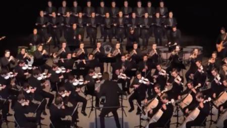 Tout l'orchestre joue une chanson étonnante – mais regardez de plus près les membres – c'est époustouflant!