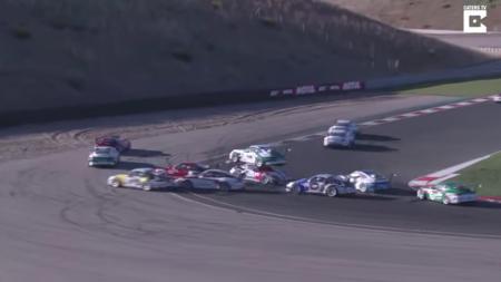 Deux voitures s'écrasent sur la piste. Les conducteurs vont bien, mais comment leurs voitures ont fini, je me gratte la tête