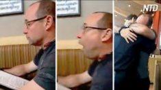 Un homme regarde son menu pour commander – mais quand il voit qui est son serveur, il saute sur sa chaise