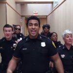La police de Norfolk aux États-Unis réalise une performance de danse bluffante pour défier la police du Texas – c'est génialissime