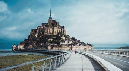 La plupart des gens qui visitent la France restent dans Paris, mais juste au large de la côte se trouve un château digne d'un conte de fées