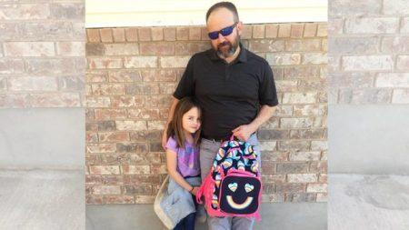 Une fillette a honte après avoir mouillé son pantalon, alors papa «mouille» le sien pour lui apprendre une leçon