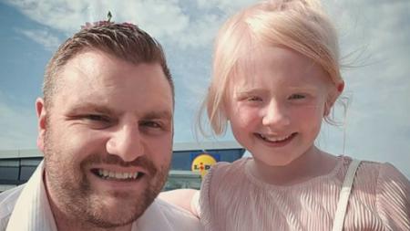 Un homme sort sa belle-fille albinos pour lui montrer comment être correctement traitée dans le futur