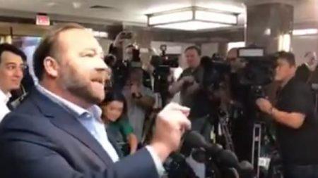 Alex Jones anime une conférence de presse impromptue à la suite de son interdiction à vie des médiaux sociaux