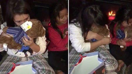 Maman demande aux filles de sentir leurs cadeaux de Noël. Elles éclatent en larmes en comprenant pourquoi