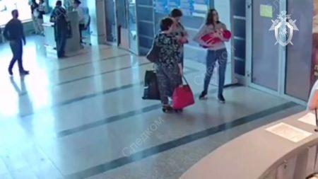 Le moment où une femme laisse son bébé à de parfaites inconnues dans un aéroport russe