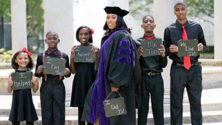 Une mère de 5 enfants obtient son diplôme en droit après avoir «détruit» la malchance