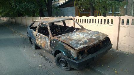 Grenoble: un adolescent gravement brûlé dans l'incendie de 3 véhicules – un témoin affirme qu'il a mis le feu lui-même