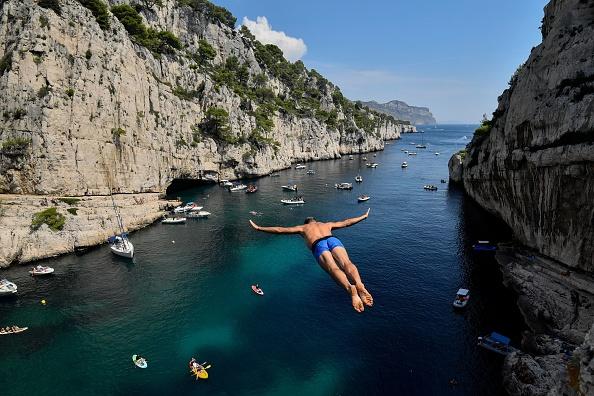 Lionel Franc plonge de 36 mètres de haut dans les calanques et bat son propre record du monde