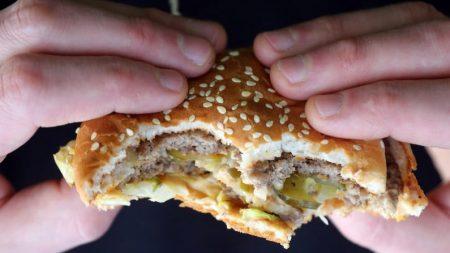 «Ne servez pas cet homme»: un entraîneur personnel interdit à un client obèse d'avoir accès aux établissements de restauration rapide