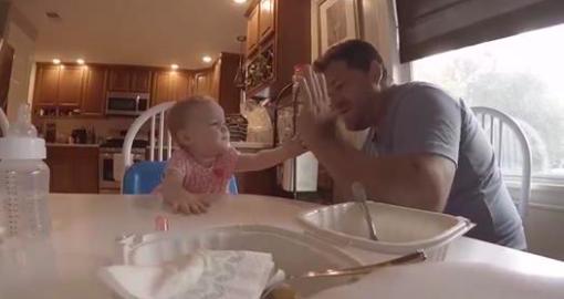 Papa utilise le langage des signes pour apprendre à sa fille: si tu es heureuse et que tu le sais