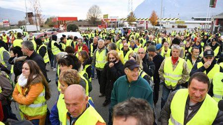 «Gilets jaunes»: premiers rassemblements à travers le pays