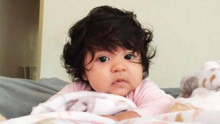 Des parents sont interpellés dans la rue par des étrangers subjugués par les cheveux impressionnants de leur bébé