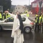 Gilets Jaunes – Deux sœurs dominicaines sortent de leur voiture et dansent quelques instants avec les manifestants
