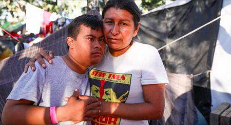 Une mère migrante dit qu'on a fait pression sur elle pour qu'elle se joigne à la ruée vers la frontière