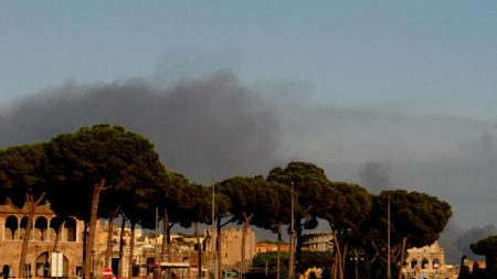 Vaste incendie à Rome sur fond de crise des déchets