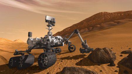 Un robot de la NASA, Rover Curiosity, repère des objets «brillants» sur Mars, les scientifiques procèdent à des examens d'analyse